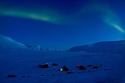 Norrsken över vår tältcamp i april i Sareks nationalpark