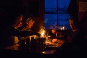 Middag i fjällstuga på hundspannstur längs norra Kungsleden.