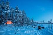 Blå timmen. hundspann och upplyst tältkåta i Jokkmokk. Från hundspannsturen Med hundspann i skogslandet.