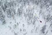 Drönarbild hundspann i skogslandskap. Flygfoto. Fotograferat på hundspannsturen Med hundspann i skogslandet.