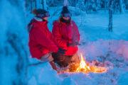Vinter Lappland värmande eld på hundspannsturen Hundspannsäventyr och norrskensnätter