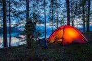 Upplyst hilleberg tält sommar lappland. På Kanotäventyr i Pärlälvens Naturreservat.