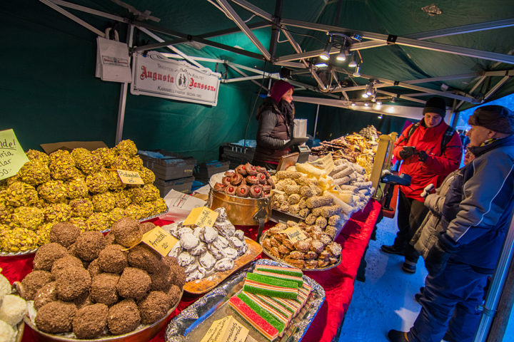 Allt från godsaker till renkött erbjuds i marknadstånden på Jokkmokk vintermarknad