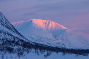 Solnedgång, rosa fjälltopp. Kungsleden Lappland vintertid.