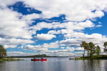 Röd kanot Mad River paddlare på kanotäventyr i Pärlälvens Naturreservat.